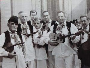 1966. - snimljeno pred Katedralom, za vrijeme Smotre folklora, s lijeva: V. Kovačić, F. Cvetnić, plesači Bartolin, D. Crnić, F. Galeković i J. Galeković. Nedostaje S. Galeković.
